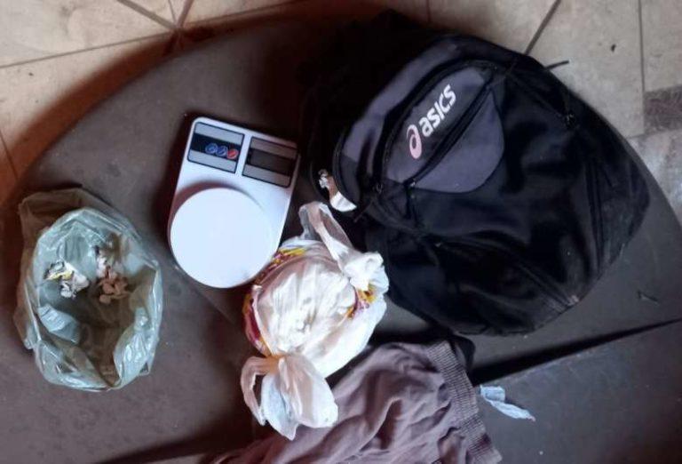 Após denúncia, polícia apreende cocaína em residência abandonada