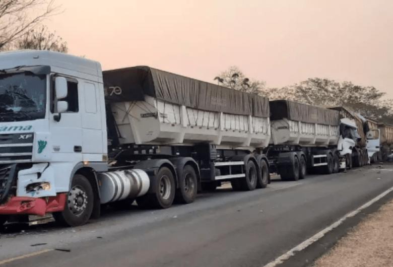 Caminhoneiros mortos em engavetamento na BR-262 são identificados
