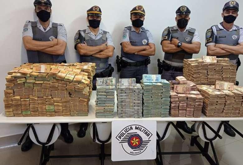 Polícia encontra quase R$ 12 milhões em carreta com placas de MS