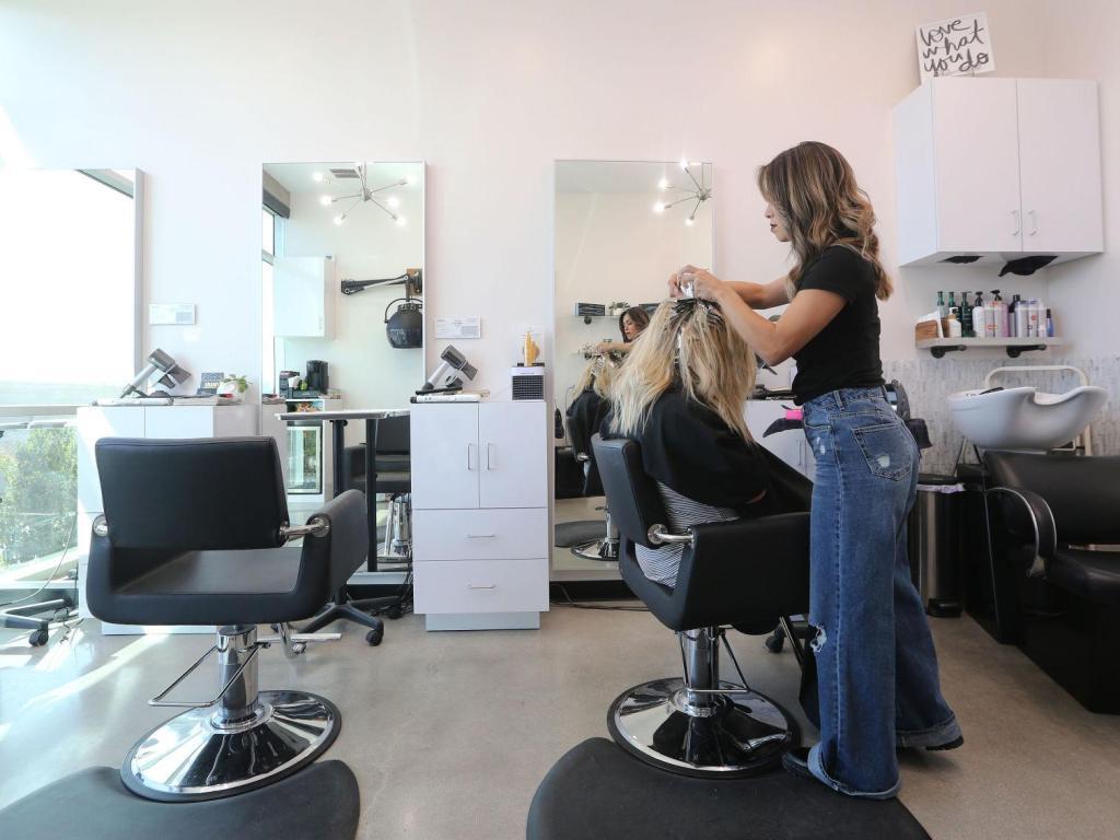 Inclusão de salões e barbearias em lista de atividades essenciais tem aval da CCJR