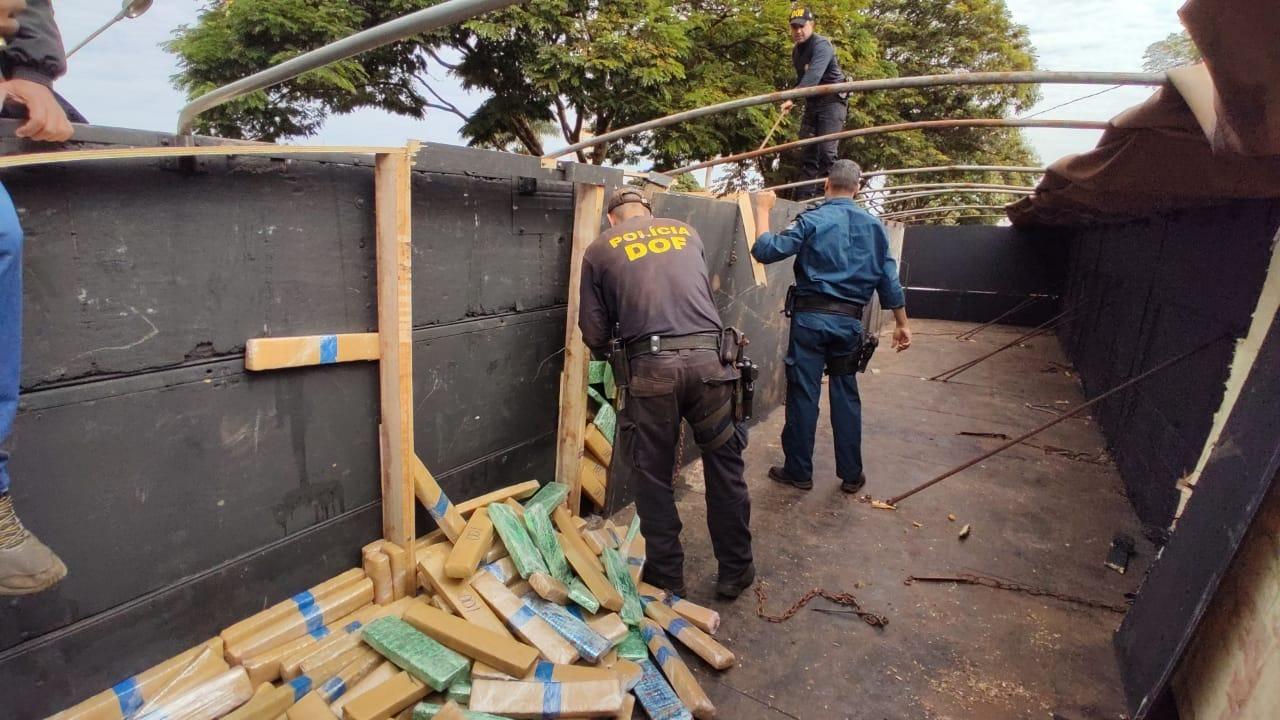 Polícia apreende 1 tonelada de drogas em fundo falso de carreta