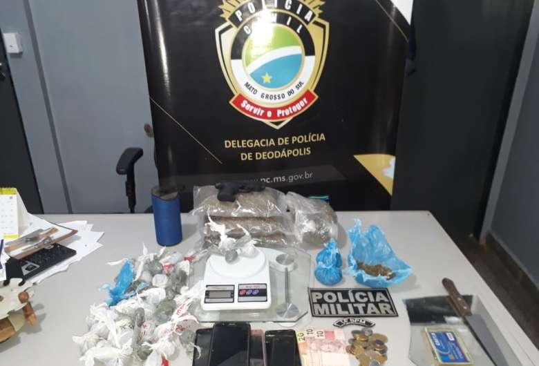 Civil flagra traficantes preparando drogas para comércio em residência
